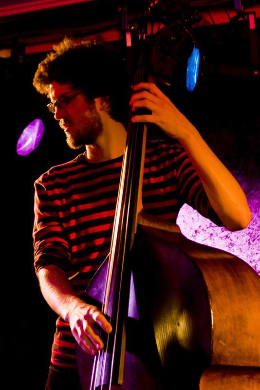 Audun på scenen med bass